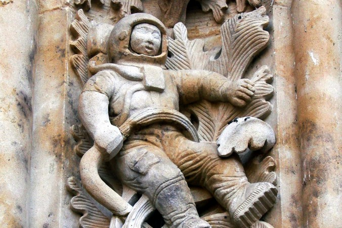 Sculpture_of_astronaut-676x450